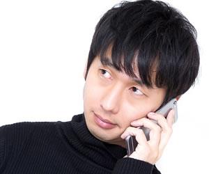 電話連絡を受ける男性