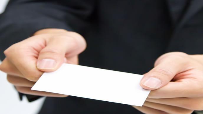 名刺を渡して挨拶する男性