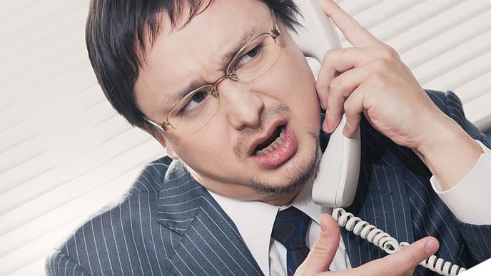電話対応する男性