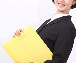 履歴書が入る封筒を持った女性