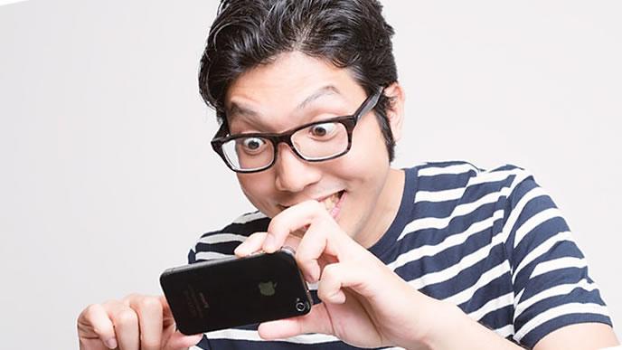 満面の笑みで撮影する男性