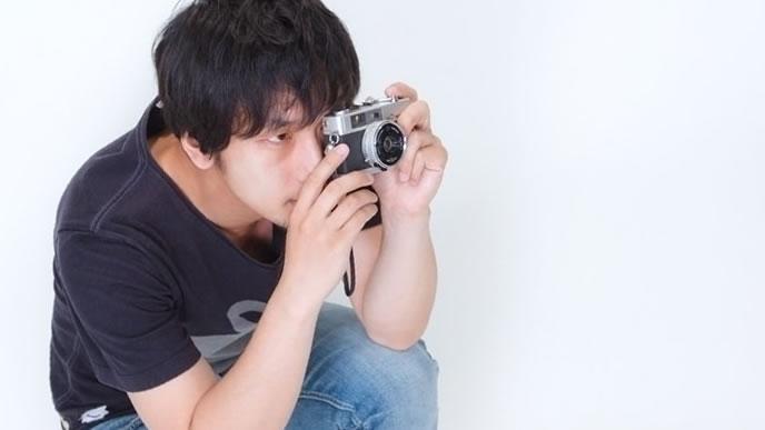 スタジオで撮影するプロカメラマン