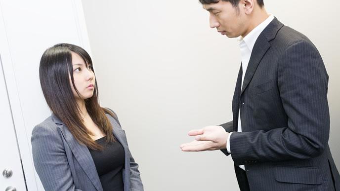同僚と話し込む男性