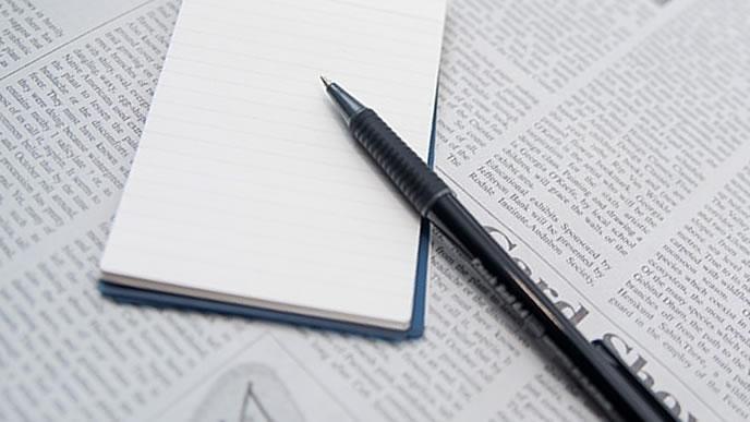 英語の新聞とペン