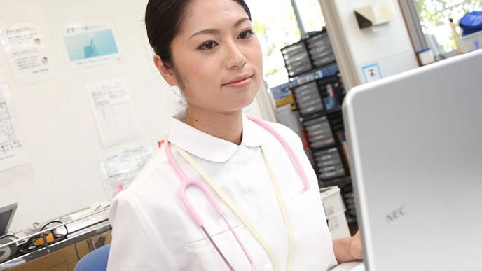 薬局で事務作業中の女性