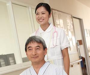 介護師が患者と移動