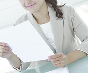 書いた書類を確認する女性