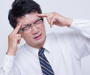 悩みで頭が痛い男性