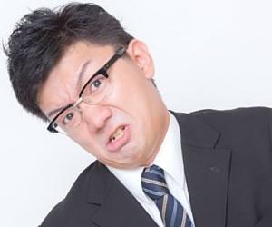 強引な表情の男性