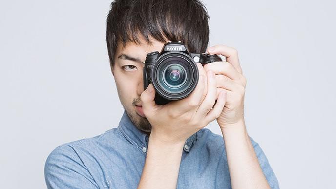 カメラで撮影中の男性