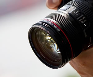プロのカメラマンの手つき