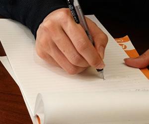資格の勉強をする男性の手