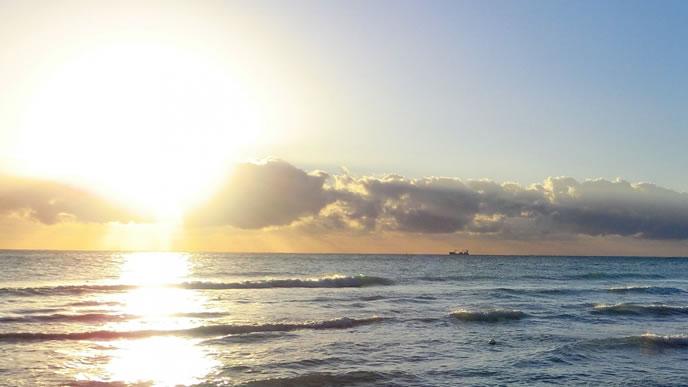 地平線の先に上がる朝日
