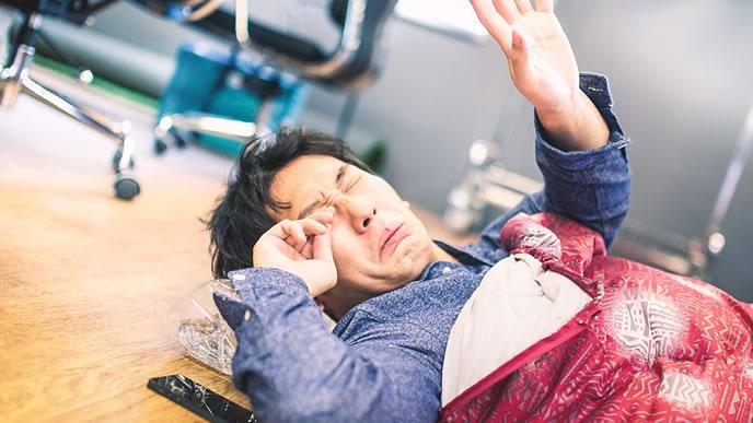 寝不足の会社員の男性
