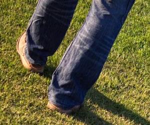 芝生と足元とくつ
