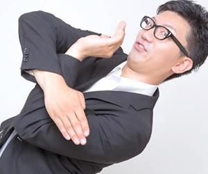 バツを手で表現する男性