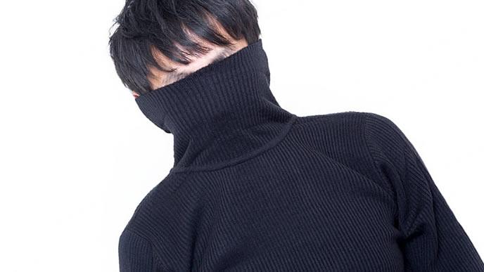 ニットのセーターに雲隠れした男性