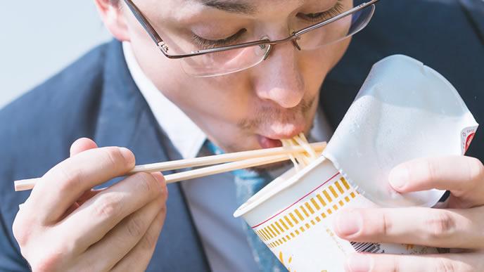 マイペースに食事をしている男性