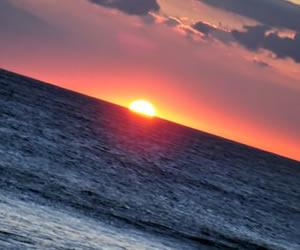 朝日が昇る海岸線