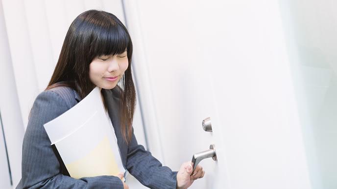 ドアの先に怖い気配を感じた女性