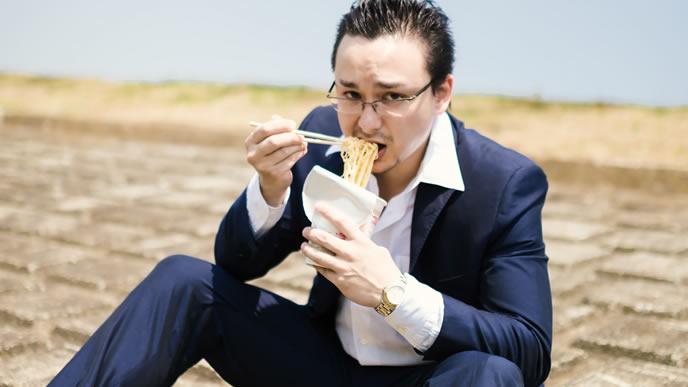 外で食事するサラリーマン