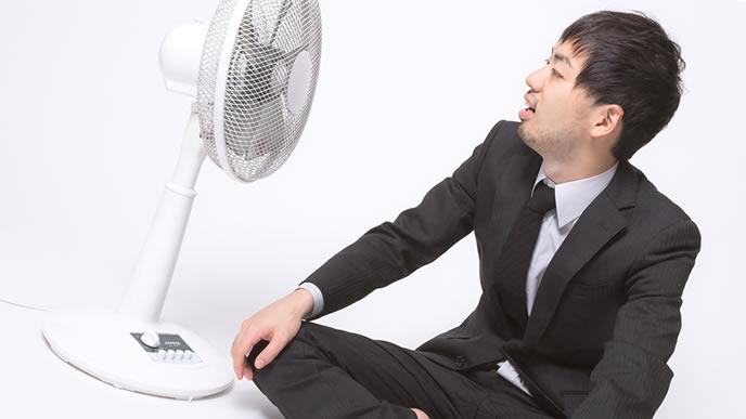 扇風機にあたるゆとり社員