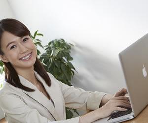 パソコン作業している女性