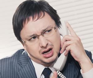 相談室に電話している男性
