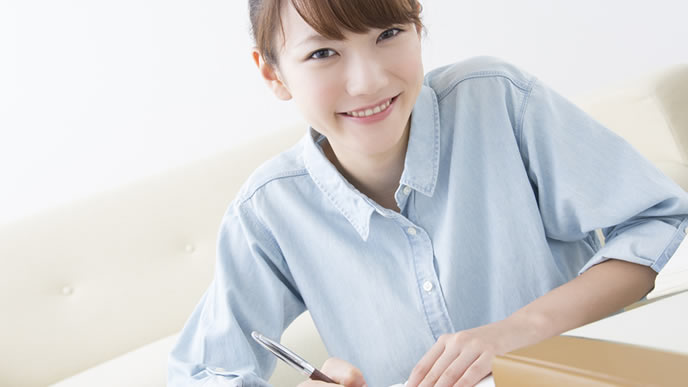 履歴書を書いている女性