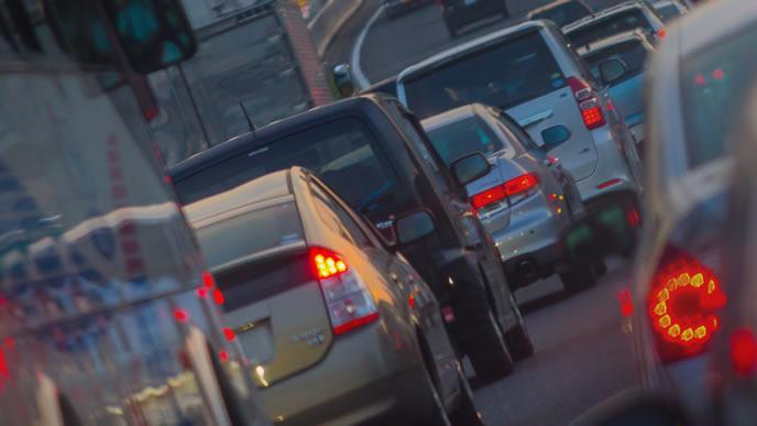 渋滞している幹線道路