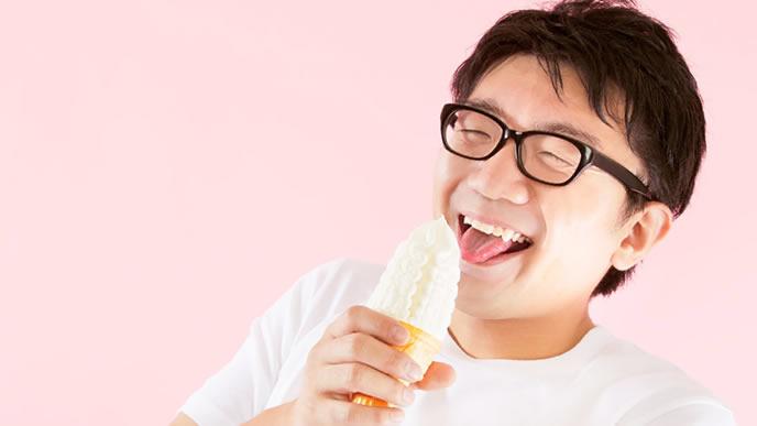 満点の笑顔でソフトクリームを食べる男性
