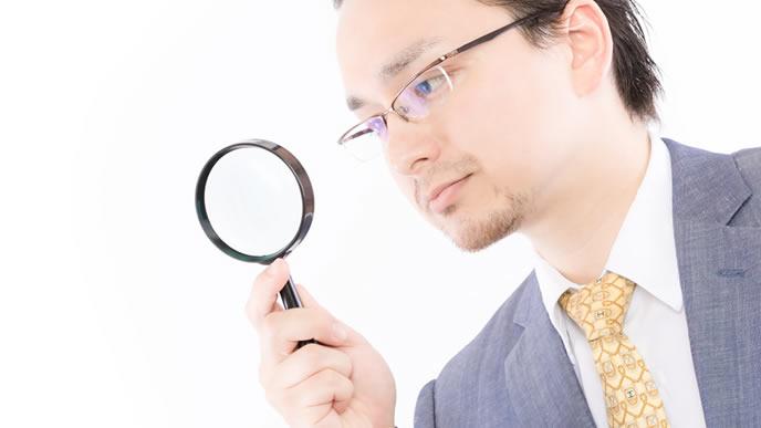 免許証を調べようとしている男性