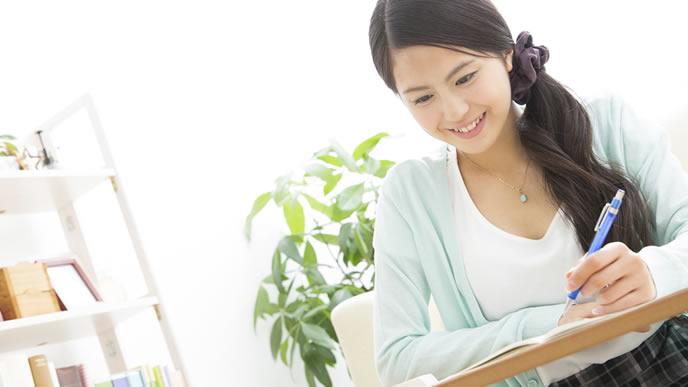 履歴書に資格を書き込んでいる女性