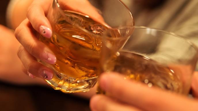 休日のバーの乾杯風景