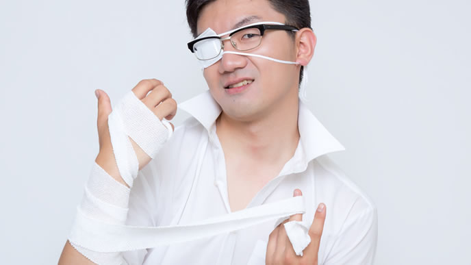 腕と目を怪我した男性