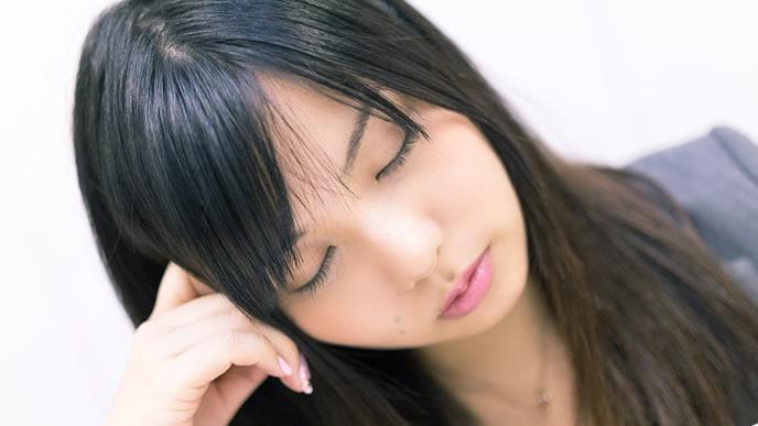 悩んでいるようで寝ている女性