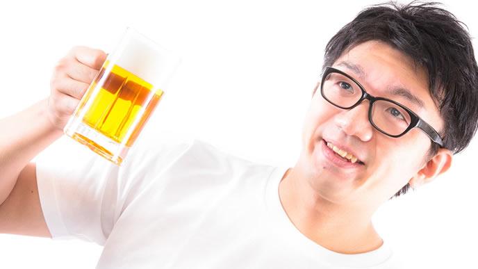ボーナスでビールを飲む男性