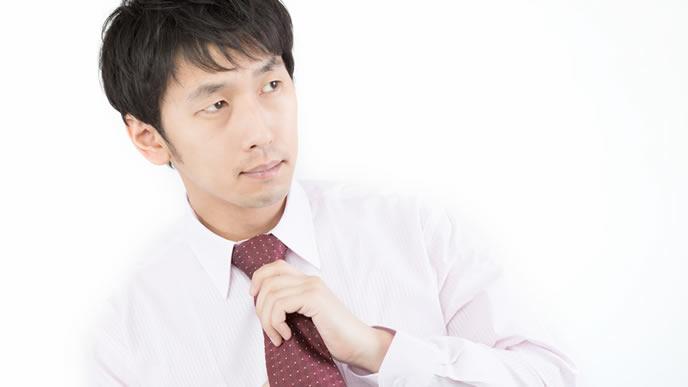 ネクタイを締める新入社員の男性