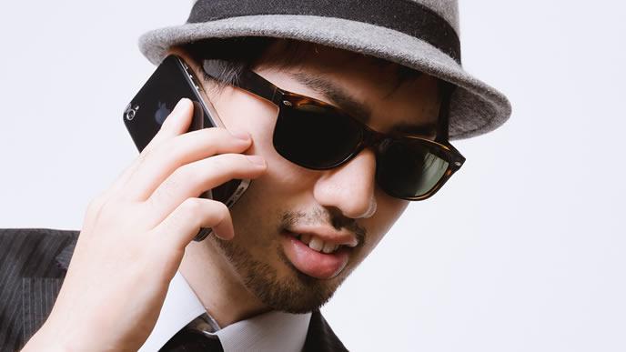 携帯電話で連絡する男性
