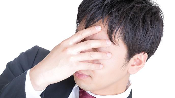 目を閉じて瞑想中の男性