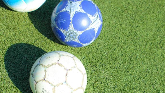 サッカーボールとグラウンド
