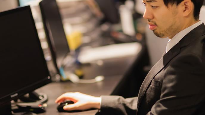 パソコンを使いこなしている男性