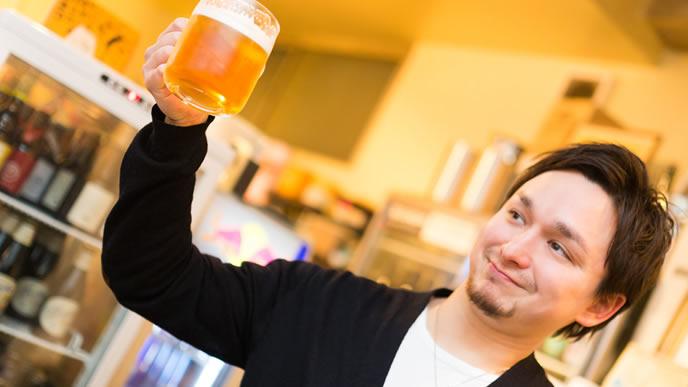 一人で乾杯する男性