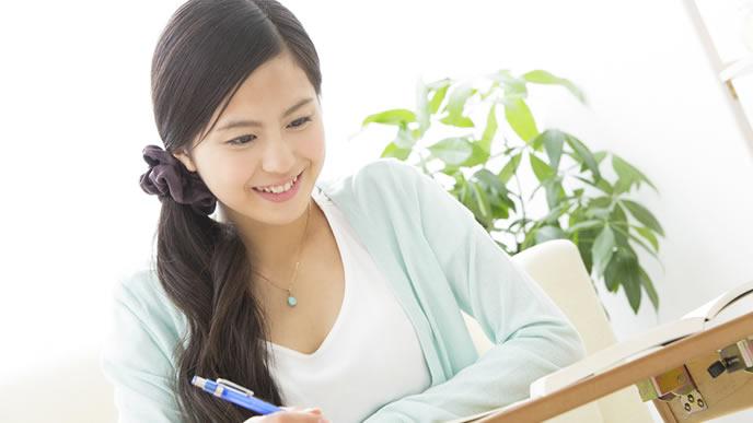資格取得に向けて勉強中の女性