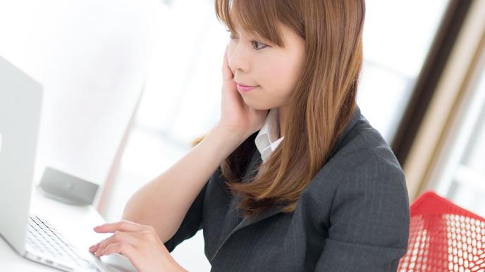 職場のパソコンで仕事中の女性社員
