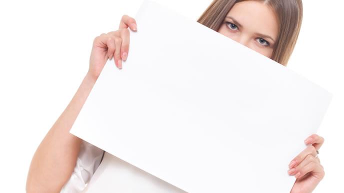白色の紙をもつ女性