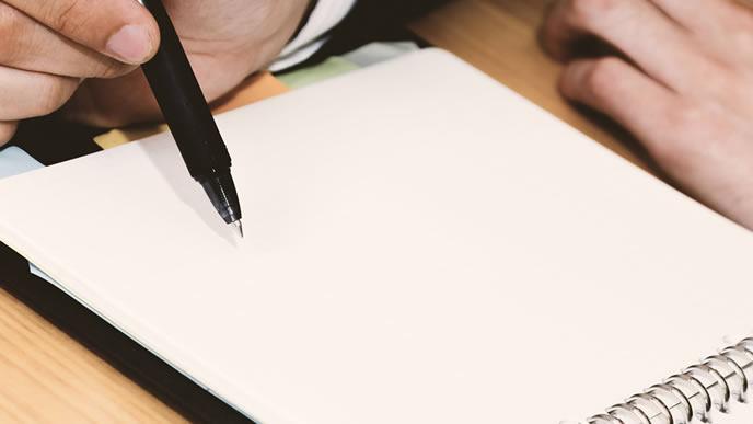 自己管理に日記を活用する男性
