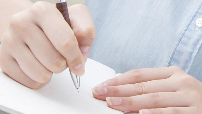手紙を書き直している女性