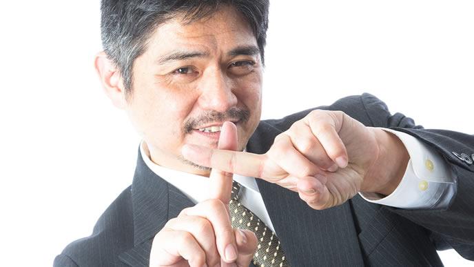 バッテンマークを手で表現する男性