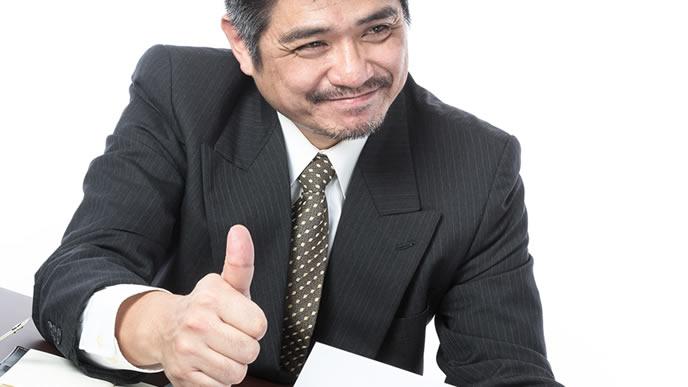 部下の報告にOKサインを出す上司